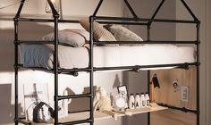 Hoogslaper met bureau van zwarte steigerbuis en zwarte buiskoppelingen. Kid Beds, Bunk Beds, Smart Furniture, House Beds, Kidsroom, Industrial Style, Home Decor, Interior Ideas, Diy Ideas