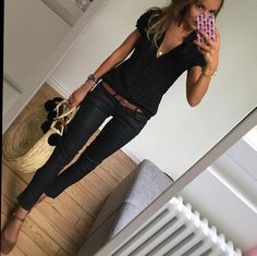 All bla k outfit with a brown belt & straw handbag Casual Work Outfits, Business Casual Outfits, Mode Outfits, Fashion Outfits, Womens Fashion, Jean Outfits, Casual Shoes, Trajes Business Casual, Work Fashion