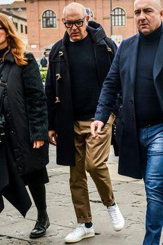 テーパードシルエットのキャメルチノパンと白スニーカーで黒ダッフルコートコーデをいまどきに Stan Smith Outfit Street Styles, Stan Smith Style, Old Man Fashion, Mens Fashion, Fashion Tips, Smart Casual, Men Casual, Winter Outfits, Casual Outfits