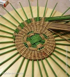 Discover thousands of images about Panel Weave Master Class 40 cm Papel Prensa tejer espiral Tubos de papel Foto 37 Flax Weaving, Willow Weaving, Weaving Art, Loom Weaving, Paper Basket Weaving, Basket Weaving Patterns, Newspaper Basket, Newspaper Crafts, Easy Crafts To Sell