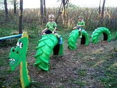 What a great use of some old tires!. ¡Menudo jardín de juegos por algo de esfuerzo y poco dinero!.