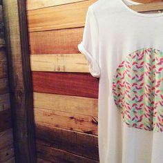 Pra uma sexta leve e delicada!!! T-shirt em malha CO2NA + detalhe estampado em seda!!!! #terradagaroa #vistaessaenergia #vempraterradagaroa #verano #verão16 #summer #novidades #energiapositiva #estampas #folhas #madeira #sustentável #co2na #ecolife #ecoera #modadobem #modafeminina #fashion #instafashion #brasil #sãopaulo #sextalinda #fdschegando #site #ecommercebrasil #conforto #leveza #estilo #delicadeza