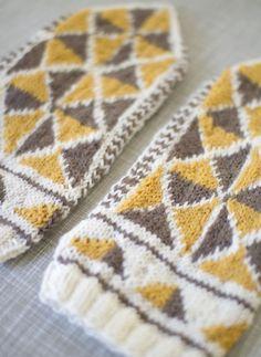 Knitted triangle mittens by Matilde Skår. Knitted Mittens Pattern, Knit Mittens, Knitted Gloves, Knitting Patterns Free, Free Knitting, Knitting Hats, Knitting Ideas, Free Pattern, Wrist Warmers