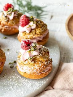 Raspberry and pistachio cream puffs Cream Puff Recipe, Pistachio Cream Filling Recipe, Cream Puff Dessert, Cream Puff Filling, Gourmet Desserts, Dessert Recipes, Cinnamon Crumb Cake, Choux Pastry, Vegetarian Chocolate