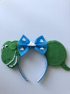 Turn heads at the parks! Get ready for the opening of Toy Story Land with these Rex ears! Headband is one-size-fits-all! This item is MADE TO ORDER! This item can be made with or without bow. Enjoy these magical ears Disney Diy, Diy Disney Ears, Disney Crafts, Disney Ears Headband, Disney Headbands, Ear Headbands, Toy Story Halloween, Diy Halloween, Festa Toy Store