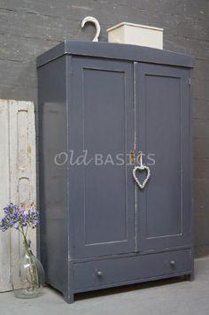 Linnenkast 10100 - Oude houten linnenkast met een stoere grijze kleur. De kast heeft een eenvoudige vormgeving met onderin een lade. Achter de deuren een hang en leg gedeelte. De kast is demontabel.