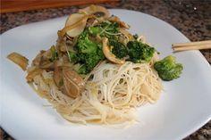 Los fideos de arroz son muy fáciles de preparar, no contienen gluten y se prestan a recetas con un toque oriental delicioso. Un ejemplo es...