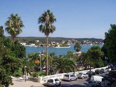 Der Hafen von Mahon ist ein beliebtes Ziel für Yachten und Kreuzfahrer aus aller Welt. Hier legen die Autofähren von Barcelona und Mallorca an. An der Hafeneinfahrt liegt die Festung La Mola - Spaniens östlichster Punkt. Die zahlreichen Restaurants an der 3,5 km langen Hafenpromenade bieten alles, was den Gaumen erfreut. http://Menorca-web.de