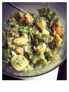 Salade de pommes de terre et haricots plats  ★LA RECETTE ★  La sauce : persil haché/cebette/moutarde/vinaigre de cidre / huile de tournesol et/ou olive // sel poivre Ingrédients : pommes de terre à cher ferme/haricots plats/2oeufs durs et deux tomates  Ps: la faire reposer au minimum 4heures au frigo avant de la servir.... Le mieux est de la faire la veille.... ;) ©NA'