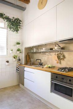 00436846. Cocina blanca con encimera de madera y muebles hasta el techo_00436846