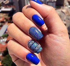 Uñas azules con diseño tribal