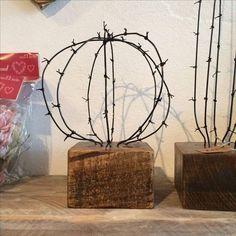 Deco Cactus, Cactus Lamp, Cactus Decor, Sculpture Art, Sculptures, Barbed Wire Art, Cactus Craft, Cactus Drawing, Creative Wall Decor