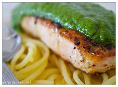 Pestolaks er enkelt å lage. Pastaen lager seg praktisk talt selv, fisken steker du SLIK (enkelt som jeg garanterer blir …