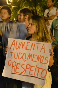 Manifestante exibe cartaz em passeata em Passo Fundo, Rio Grande do Sul