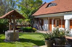 vizitkártya: Városból vidékre Cottage Interiors, Cottage Homes, Porch Garden, Home And Garden, Country Modern Home, Rural House, Weekend House, Garden Structures, Spanish Style