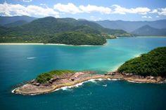 Ubatuba, no litoral Norte de São Paulo, tem muitas atrações - no mínimo 70, que é o número de praias que a cidade oferece. Espalhadas por 90 km, as atrações surgem em forma de enseadas e baías de águas verdes e azuis. Também é uma boa opção para os surfistas. Visite! Foto: Divulgação.