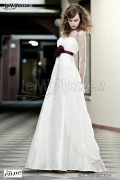 http://www.lemienozze.it/operatori-matrimonio/vestiti_da_sposa/silwa_sposa/media/foto/20 Abito da sposa con rosa rossa in vita, per un vestito dal taglio tradizionale ma con stile: guarda la collezione!