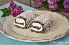 Padişah Lokumu Nasıl yapılır?  Çikolata, tereyağı ve vanilya haricindeki bütün malzemeleri tencereye alıp karıştırarak pişirin. Çikolata, tereyağı ve vanilya da ekleyip karıştırın. Islatılmış büyük boy fırın tepsisine bolca hindistan cevizi serpin. Üzerine muhallebiyi ince bir tabaka halinde dikkatlice döküp yayın. Soğuyana kadar bekletin. Üzerine çırpılmış krem şantiyi sürün İstediğiniz kalınlıkta dilimleyip, spatula yardımıyla dikkatlice rulo yapın. Bir tepsiye dizip en az 2 saat kadar…