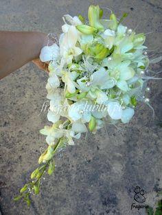 Storczyk tajlandzki charakteryzuje się delikatnymi i drobnymi kwiatkami. Jego zaletą jest niezwykła trwałość, co pozwala na swobodne wykorzystanie go zarówno w butonierce jak i w stroikach do włosó...