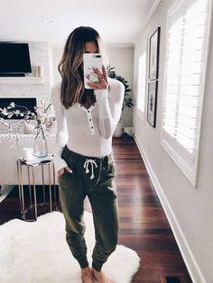 View Kendall jenner outfits, Jenners removes Celebrities design and style. Cute Lounge Outfits, Cute Lazy Outfits, Comfortable Outfits, Trendy Outfits, Lazy Winter Outfits, Outfits Leggins, Sweats Outfit, How To Wear Sweatpants, Cosy Outfit