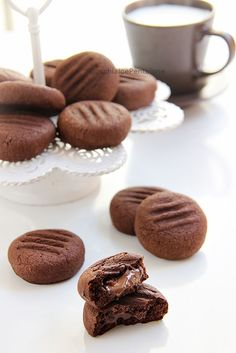Cocoa biscuits filled with dark chocolate Spoon and saucepan Chocolate Spoons, Chocolate Recipes, Chocolate Chip Cookies, Cacao Chocolate, Chocolate Cake, Biscotti Cookies, Galletas Cookies, Italian Cookies, Italian Desserts