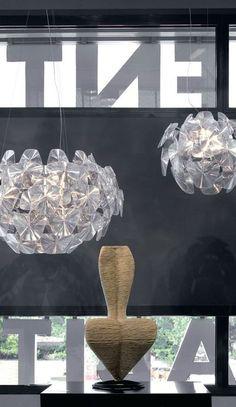La S Chair de Tom Dixon pour Cappellini sous des suspensions Hope, design Gomez Paz & Paolo Rizzato pour Luceplan