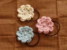「お花のヘアゴム☆」お花のモチーフが好きで、それをヘアゴムにしてみました。[材料]コットン糸/パールビーズ/ヘアゴム/かぎ針/とじ針