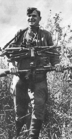 Советский солдат с трофейным немецким стрелковым оружием