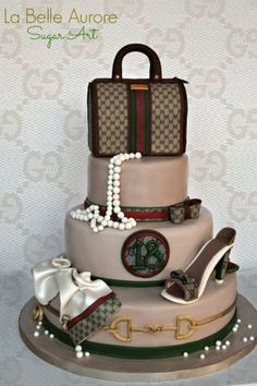 Love shoes and handbags? Prepare to be amazed by these fashionable and luxury cake and cupcake creations. Marc Jacobs purse cake by Andrea's SweetCakes. Bolo Gucci, Gucci Cake, Chanel Cake, Gucci Gucci, Pretty Cakes, Beautiful Cakes, Amazing Cakes, Unique Cakes, Creative Cakes