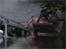 Auto met aanhanger te water na botsing op Hoekeindseweg - Bleiswijk - dichtbij.nl - Haaglanden-Noord juni 2014
