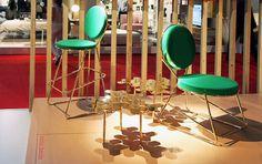 Combinar a energia das cores com o requinte do dourado é uma receita certeira no design. A cadeira Double Zero, de David Adjaye, para a Moroso, une a esse mix a elegância da geometria retrô. Irresistível!