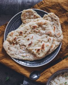 Vegan naan bread - Super tasty and easy to prepare. You will love our vegan naan bread at least as much as we do. Pizza Recipe No Yeast, Bbq Pizza Recipe, Spicy Pizza, Vegetable Pizza Recipes, Honey Garlic Chicken Thighs, Italian Recipes, Vegan Recipes, Vegan Naan, Tiramisu Recipe