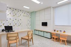 Luisa Ramos Arquitetura | Consultório de Neuropsicologia | Consultório G.C. Office Desk, Corner Desk, Furniture, Home Decor, Children's Clinic, Doctors Office Decor, Arquitetura, Bouquets, Business