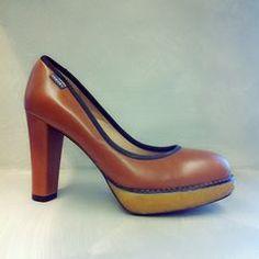 Zapato Armani Jeans camel con tacón y plataforma