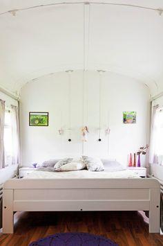 Lukemattomia kilometrejä ja matkustajia! Vanha junavaunu löysi viimeisen pysäkkinsä Joutsasta, jossa se toimii Virtasten viihtyisänä vapaa-ajanasuntona. Decor, Tiny House, Bed, Furniture, House, Home Decor
