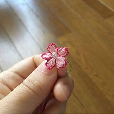 刺繍用リボンをつかってお花に挑戦🌸  *  @kukutail さんがやっていらっしゃるのを見て、もう1回挑戦してみたい!と思って…  *  *  kukutailさんのアイデアのお陰で、、、そうか、リボンを結込むんじゃなくて、巻けばいいんだ〜!と納得しました🙌  *  *  明日から5連休!そして今日は遠足で、バーベキューにいってきます〜というか、いまバスの中でカラオケ〜🎶🚶🏃🍴🥓🍖  *  #80番レース糸 #tatting #tattinglace #lace #lacework #kaumo  #chiacchierino #knitting #태팅레이스 #도일리 #タティング #タティングレース #レース編み #レース #編み物  #handmade #手芸 #ハンドメイド #花 #アンティーク #antique #モチーフ #motif #accessory #アクセサリー #ハンドメイドアクセサリー #ネックレス #necklace