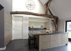 Keuken, strak met houten balken