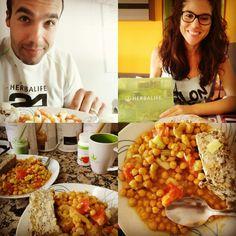 Hora de comer, hoy toca garbanzos con tomate y puerro junto con tofu al estilo griego con finas hierbas. Delicioso!  #comerbien #dietasaludable #nutricion #bienestar #salud #veganos #veganismo #comidasana #verduras #vegetarianos