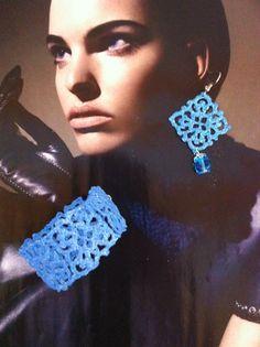 bracciale e orecchini all'uncinetto,dipinti a mano nei toni del turchese,con glitter trasparenti e vetrificati.A forma di piccoli rombi con pendente mezzocristallo azzurro