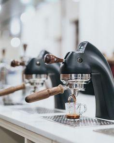 Coffe Machine, Espresso Coffee Machine, Coffee Barista, Coffee Cafe, Coffee Shops, Solar Powered Fountain Pump, Cafe Shop Design, Store Design, Espresso Shot