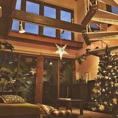 yururi-8239223さんの、吹き抜け,モチーフ編み,クッションカバー 手作り,関西好きやねん会,照明,DIY 机,ラグ,ソファ,ベルメゾン,無印良品,ソファーベッド,星,星のランプシェード,ニトリのツリー,クリスマス,クリスマスツリー,部屋全体,夜,のお部屋写真