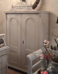 Unieke oude brocante meubels van old basics leuke smalle kast ijzeren stoeltjes en een - De meidenkamers ...