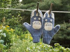 Totoros are shy forest spirits portrayed in My Neighbor Totoro, a charming animated film by Japanese director Hayao Miyazaki. Mittens Pattern, Knit Mittens, Knitted Gloves, Totoro, Knitting Patterns Free, Free Knitting, Free Pattern, Knitting For Kids, Knitting Projects