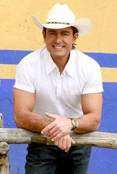 Fernando colunga.............a poco no se ve bien?!!! ;)