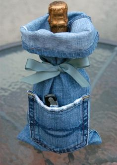 I think it's safe to say that you own at least 1 pair of denim jeans, right? Unfortunately, those jeans won't last forever. So here are 33 cool ways to reuse those denim jeans instead of just throwing them away. Wine Bag Source: My Soulful Home Diy Jeans, Jean Crafts, Denim Crafts, Lv Bags, Gift Bags, Tote Bags, Artisanats Denim, Jean Diy, Denim And Diamonds
