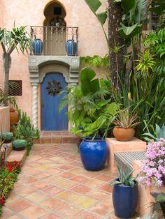 blue garden - pots and fence ideas Spanish Courtyard, Spanish Garden, Moroccan Garden, Moroccan Style, Moroccan Blue, Outdoor Spaces, Outdoor Living, Outdoor Decor, Garden Tiles