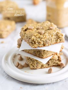 Skinny Peanut Butter Blondies (Bean Free) A skinny and delicious version of peanut butter blondies with no butter, no oil, no flour, and no beans Just Desserts, Delicious Desserts, Dessert Recipes, Yummy Food, Peanut Butter Recipes, Peanut Butter Banana, Healthy Sweets, Healthy Baking, Healthy Snacks