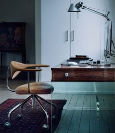 A classic elegant and contemporary placeto work, don't you agree? Visit http://www.bocadolobo.com/en/products/#cat-tables-desks for more inspirations like this.
