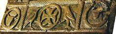"""Pupitre de Ste Radegonde: La Croix est ici présente (sans représentation du crucifié avant le 6°s) sur les 2 plaquettes latérales, croix pattée, aux bras évasés, ornée de 12 petits cercles concentriques. La partie supérieure s'accompagne d'un léger volute, rappel de la lettre """"r"""" grecque présente dans le monogramme du Christ, celui qui est justement encadré de 2 aigles au sommet de la plaque."""