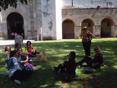 Visitantes escuchan atentas sobre el tratado de etnobotánico de los murales del Convento del SXVI
